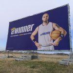 kampania reklamowa przy drodze